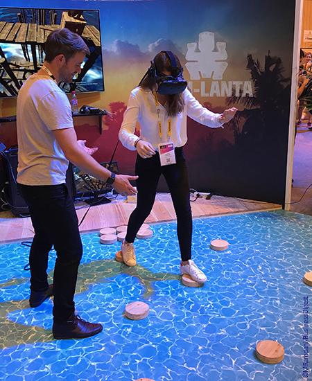 Cette jeune femme participe à une épreuve de Koh-Lanta en réalité augmentée sur le stand de TF1.